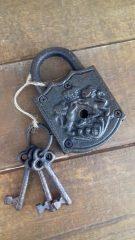 Fém dekor lakat kulcsokkal (nyitható)