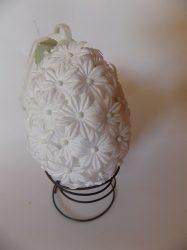 Tojás fehér tűzött virágokkal 8,5cm