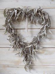 Ajtó/falidísz eukaliptusz szív, szárított, festett. 55x38 cm