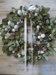Karácsonyi ajtó/falidísz eukaliptusz, matt fehér gömbökkel  Ø:52