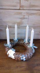 Türkiz-fehér  adventi koszorú kockás szalaggal és üveggömbökkel.Ø:27cm